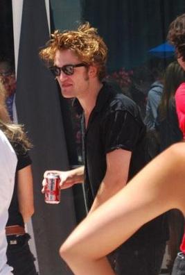 Rob pas coiffé boit un coca.