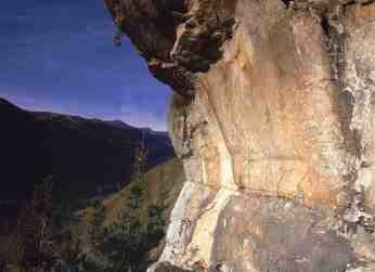 Vista lateral de la zona decorada de la peña. © Francisco Valle Poo