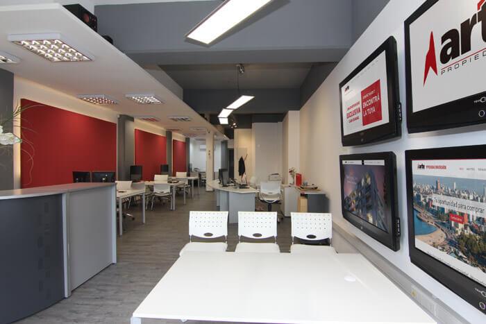 Interior del local Arte Sucursal Cordon ubicado en Cordón frente al Banco Hipotecario del Uruguay en Montevideo, Uruguay