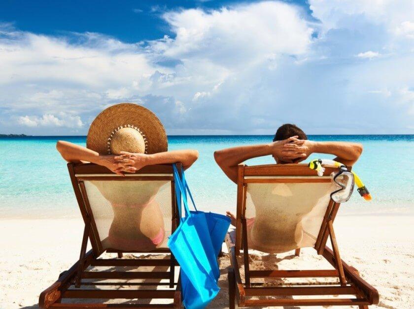 personas disfrutando playa - inmuebles con renta