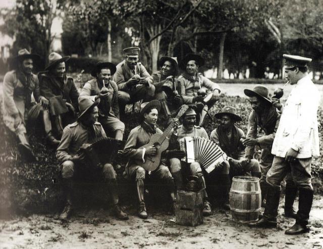 Revolucionários de 30 acampados na praça da Luz ao lado da Pinacoteca
