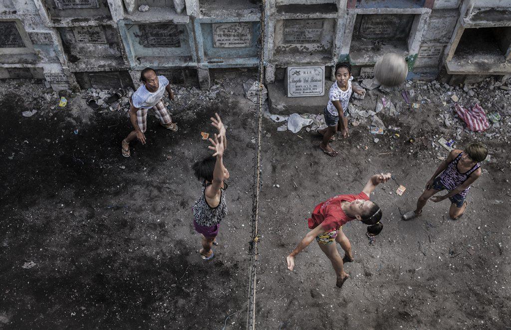 Crianças jogando vôlei na comunidade.