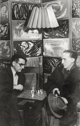 Man Ray (esquerda) e Marcel Duchamp (direita) jogando xadrez (1960)