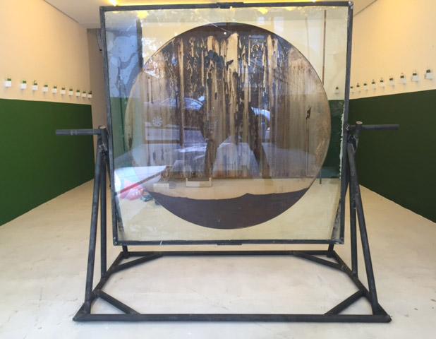 LOURIVAL CUQUINHA Torniquete (circulo), 2016 Lama do Rio Doce, vidro e ferro (150 x 160 x 80 cm)