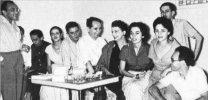 Grupo Frente, em 1956. A partir da esquerda: Oliveira Bastos, Hélio Oiticica (encoberto), Ferreira Gullar, Teresa Aragão, Bezerra, Mario Pedrosa, Lygia Clark, Vera Pedrosa, Ivan Serpa (atrás), Lea e Abraham Palatnik.