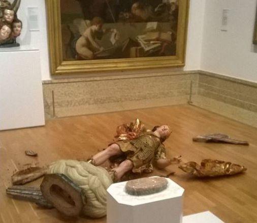 estatua quebrada em um museu de Lisboa