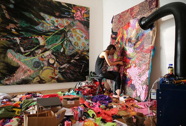 dicas para artista iniciante; Artista Hyon Gyon em seu estúdio