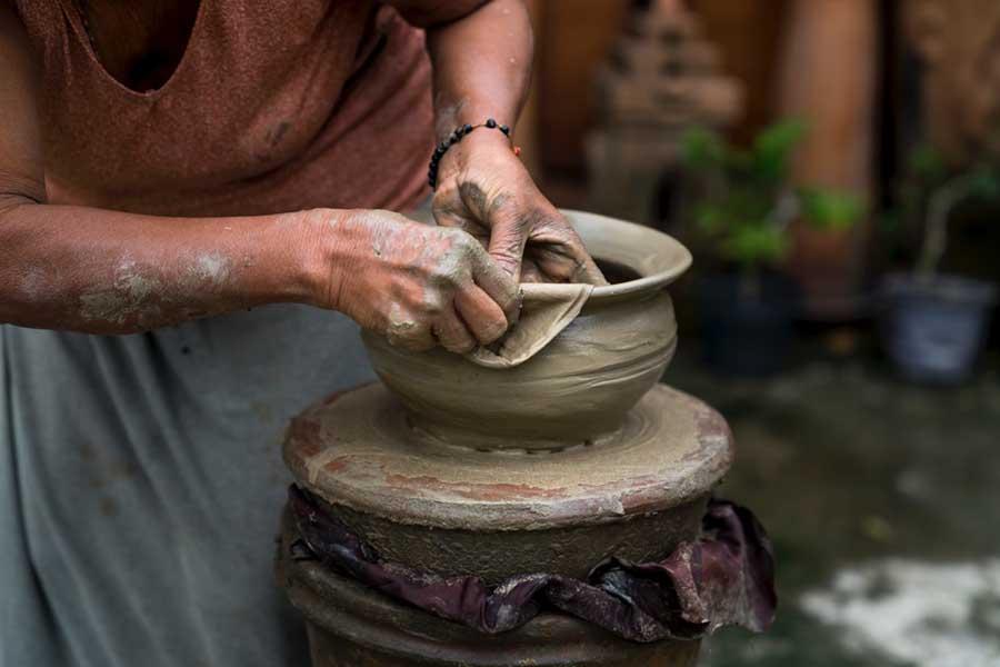 moldando um pote de barro