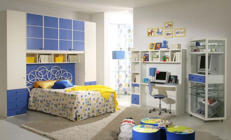 Modelo de quarto decorado azul, com puffz e escritório