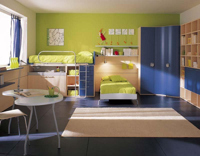 Quarto decorado grande, azul e verde claro.