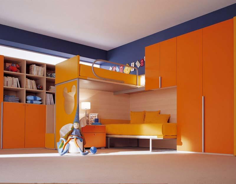 Quarto decorado, cor abobora e camas dupla.