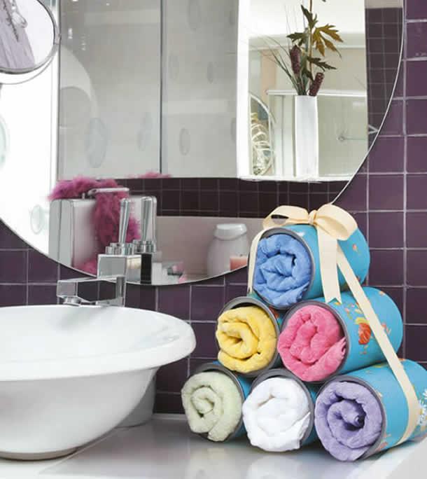 Organizar toalhas no banheiro com latas