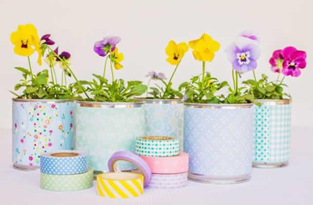 Pequena Floricultura com latas coloridas