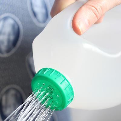 Regador com garrafas plásticas