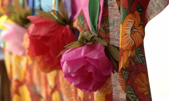 Decoração da festa junina com flores de crepom