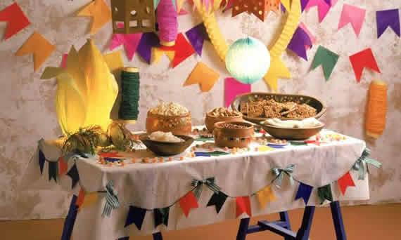 Mesa decorada com milho gigante de papel crepom amarelo