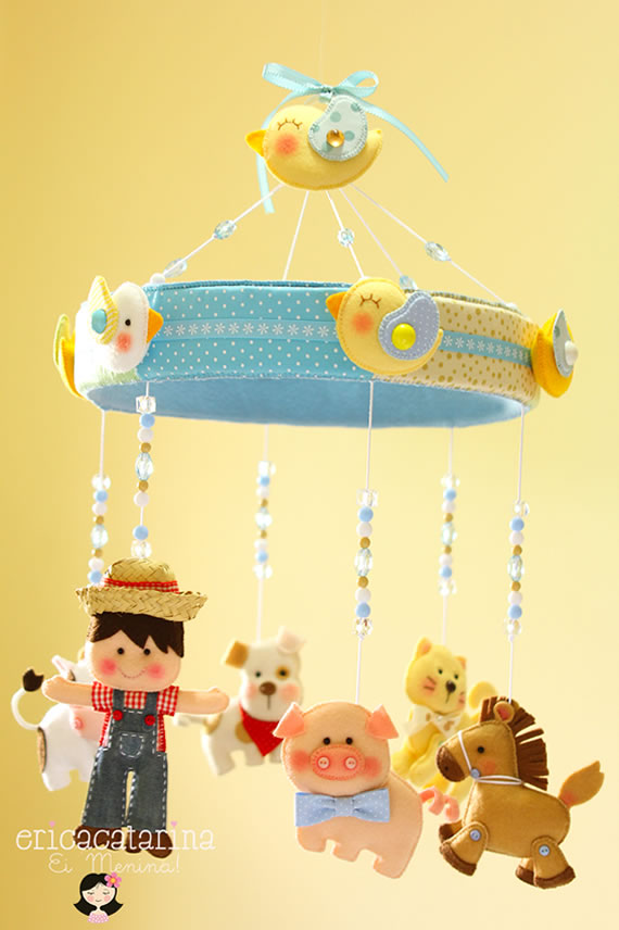 Mobile fazendinha de feltro para quarto de bebê