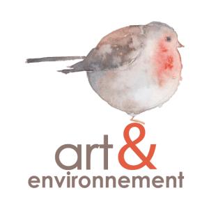 Sur fond blanc, rouge-gorge peint à l'aquarelle, posé sur le & de couleur orange (tonalité de la gorge). art, environnement sont de couleur vison (tonalité globale de l'oiseau) et en police minuscule assez ronde. L'oiseau est de profil, queue vers la gauche. Il est très rond