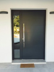 Photo porte d'entrée monobloc alu contemporraine