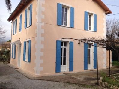 Photo villa avec volets persiennés et mixte