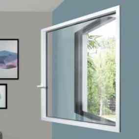 fenêtre sur mur bleu ouverte