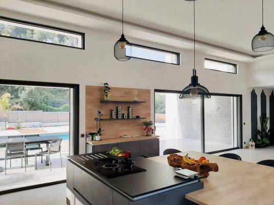 cuisine moderne avec baies vitrées noires en aluminium