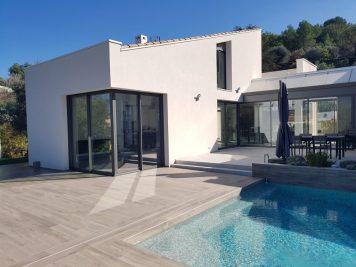 maison moderne avec baie vitrée en coin et piscine, fenêtre fermée