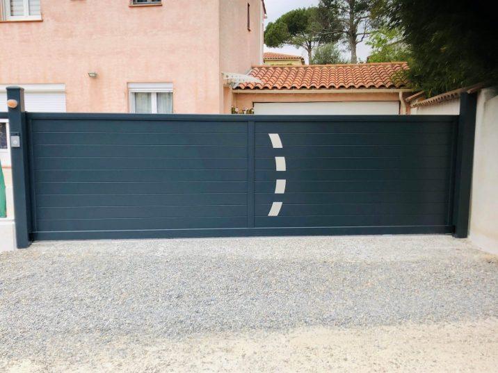 Portail noir en aluminium large, graviers