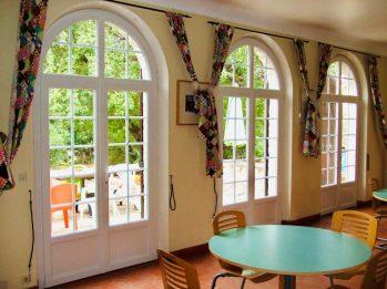 salle de réception avec fenêtres en pvc