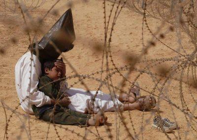 Un prigioniero iracheno e suo figlio-Storie di fotografie - Artevitae