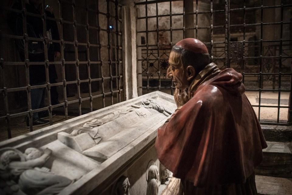Statua di San Carlo Borromeo mentre prega di frinte al simulacro del sepolcro di Cristo Cripta di San Sepolcro
