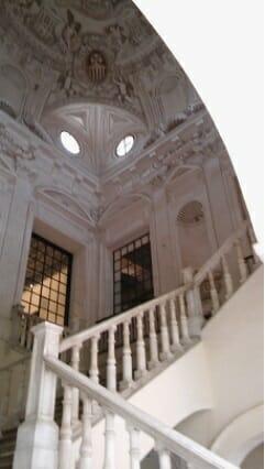 Detalle de la escalera de acceso a la primera planta del Museo de Bellas Artes de Sevilla