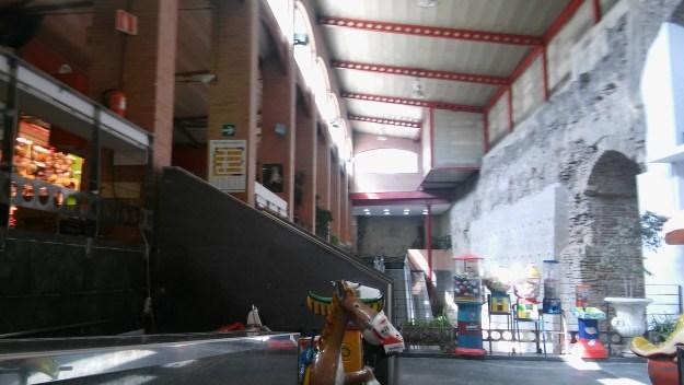 Vista del muro de tapial original a la derecha. A la izquierda, en la planta superior, a la izquierda se observa la zona porticada del Mercado de Triana (Foto: Francisco Calvo)