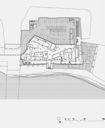 En fondo blanco parte expuesta en el centro de interpretación. En fondo gris las zonas del castillo ocupadas por el aparcamiento (zona superior) o por casas de construcción posterior anexas a la muralla (zona derecha e inferior) hasta el Callejón de la Inquisición (Fuente: proyecto de Valentín Trillo).