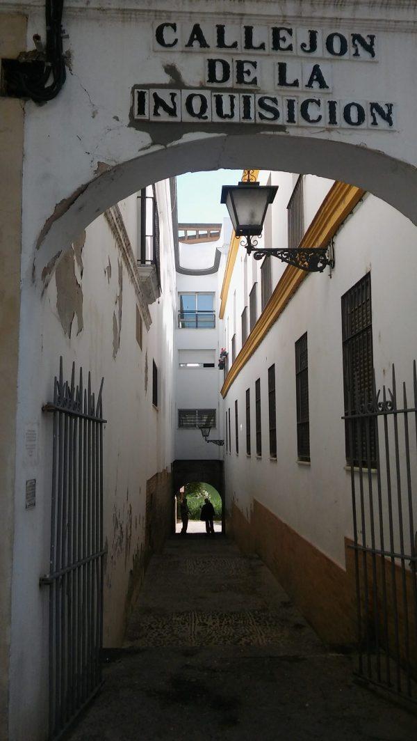 Callejón de la Santa Inquisición en Sevilla. Vista desde la calle Castilla, con el río Guadalquivir al fondo - Triana (Foto: Francisco Calvo)