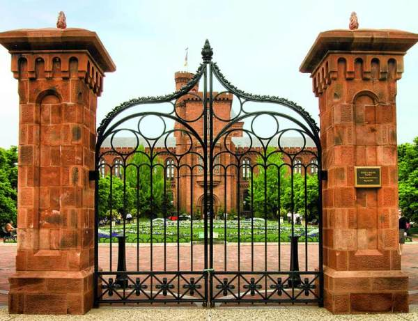 Entry Gate - Smithsonian Castle 19th Century USA - 1980CGT