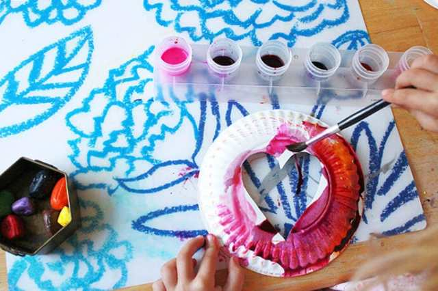 Easy Valentine Crafts – painting the frame for the Valentine's Day Suncatchers