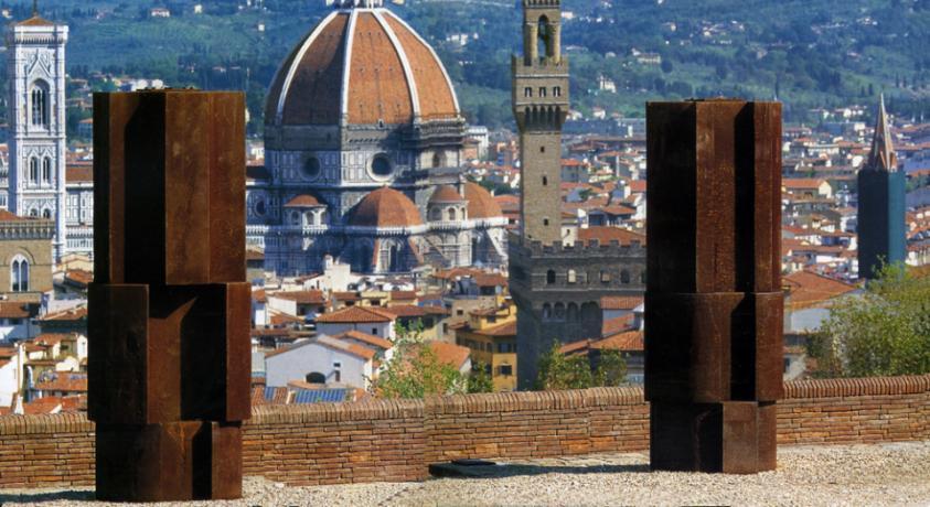 """Форт Бельведер. 1998. Вівтар Сан-Мартіно. 1992 - 93. Зліва направо: """"Урочистий священник"""" та """"Вічний священник"""". Чавун. Н 310 см. Флоренція"""