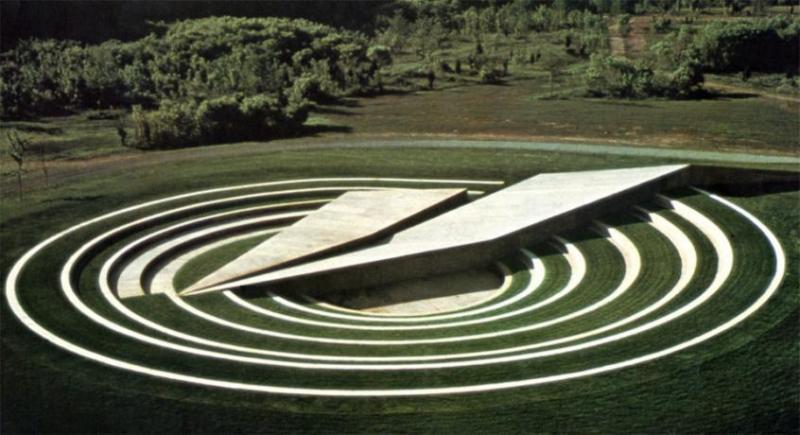 Амфіскульптура. 1974 - 75. Цемент, трава. 2,44 x 82.30 x 4.27 м. Бедмінстер, Нью-Джерсі