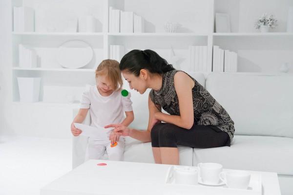 ¿Qué ocurre cuando se dan miles de pegatinas a niños inquietos en una habitación blanca? (Fotos)