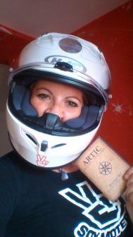 La ganadora de las pruebas en Road individual con su premio, un fantástico casco HJC FG-17