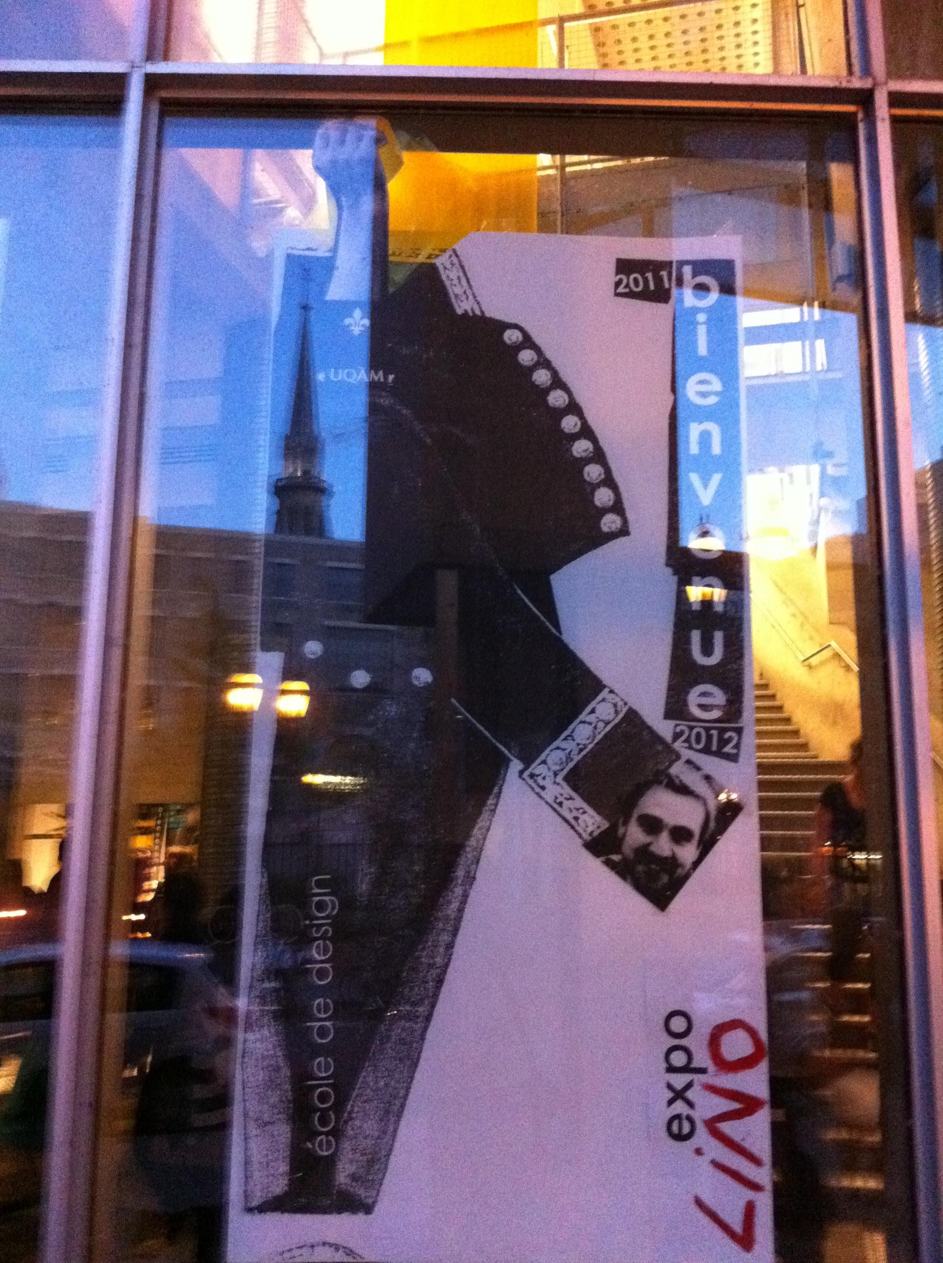 À l'extérieur du Centre de Design, la tour de l'UQAM se réflète dans l'invitation. Crédit photo : Simon Levesque