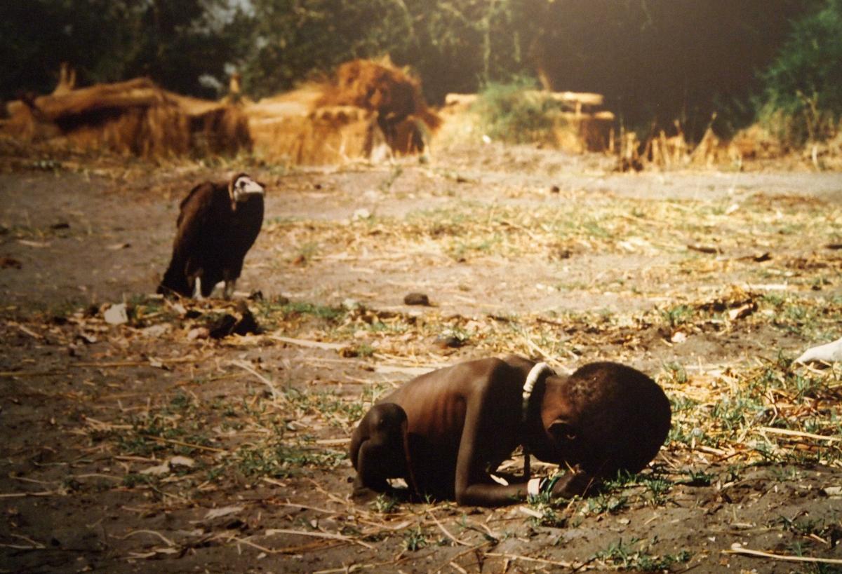 Waiting Game for Sudanese Child, 1993. Crédit: Kevin Carter