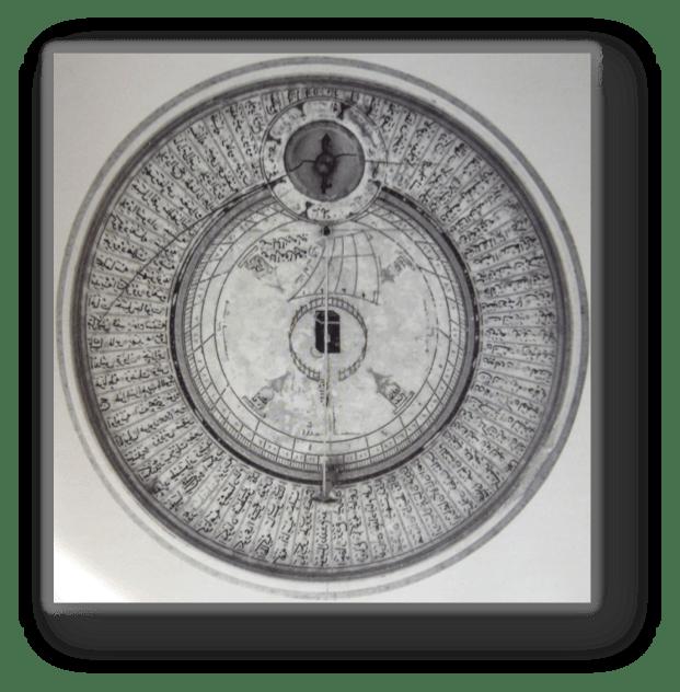 Rilevatore di Qibla. Sulla tavola son dipinti i nomi di varie località