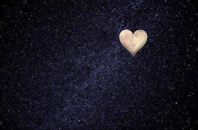 luna con forma de corazon