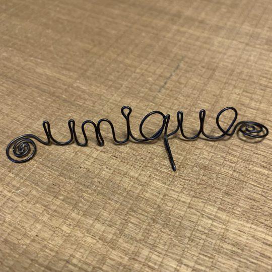 """Mot sculpté apposé """"Unique"""""""