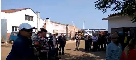 Funcionarios municipales ocuparon El Corralón y esperan por la presencia del intendente Caram