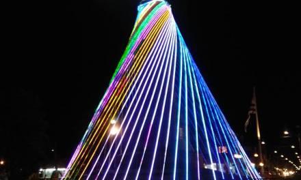 ARTIGAS BRILLA,Se encendió el árbol navideño en Plaza Batlle