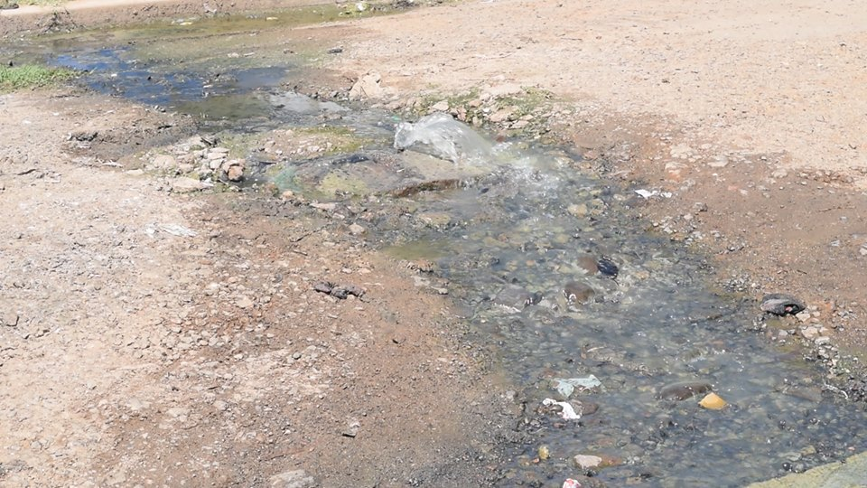 Vecinos de Barrio Ayui denunciaron situación de contaminación ambiental por rotura de saneamiento