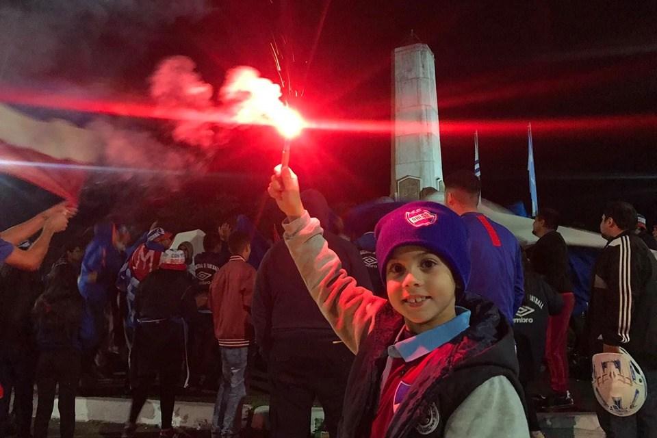 Hinchas tricolores recibieron el 14 de mayo en plaza Batlle.